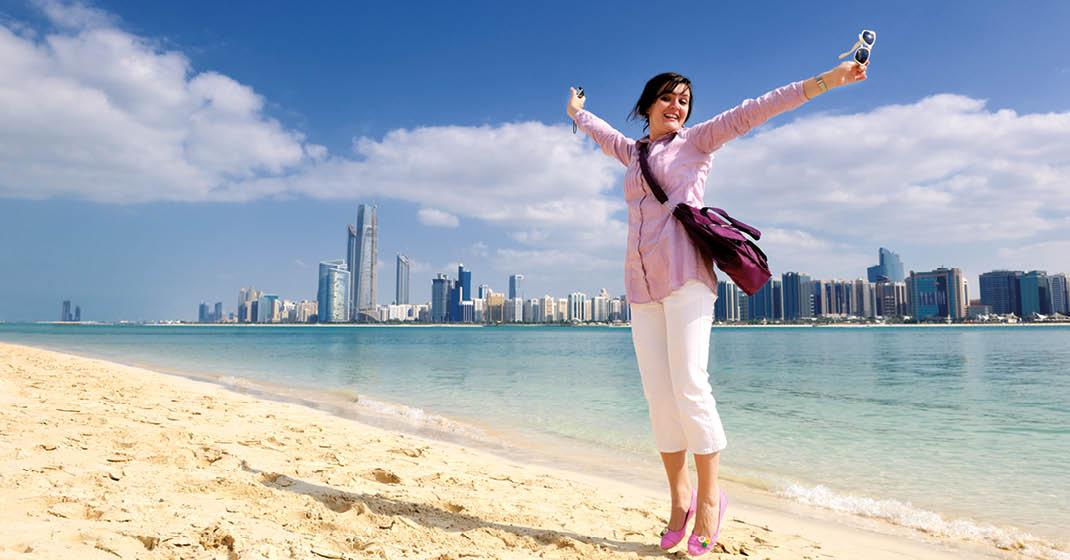 AIDAstella_Frau-am-Strand-Abu-Dhabi