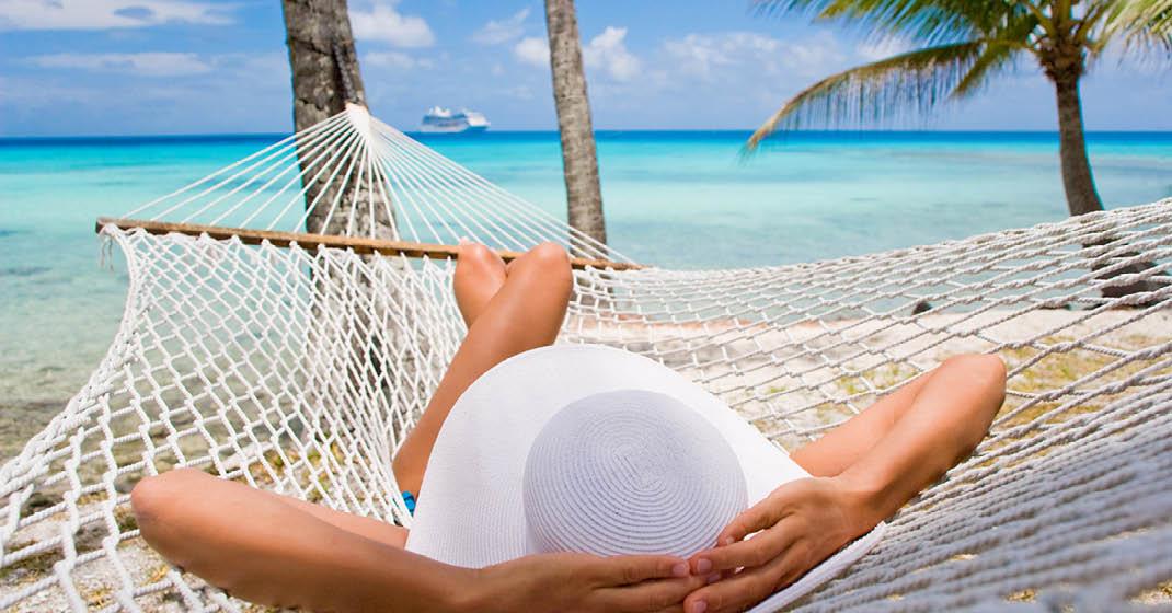 Paradiesische Entspannung am Strand unter Palmen