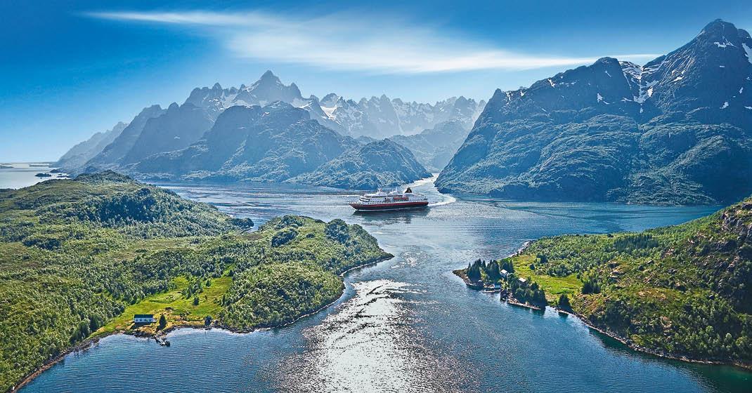 Sonnenlichtdurchflutetes Fjord in Norwegen