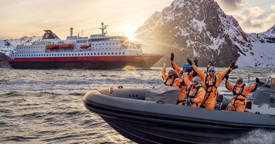 MS Kong Harald, Schiff mit Ausflugsboot