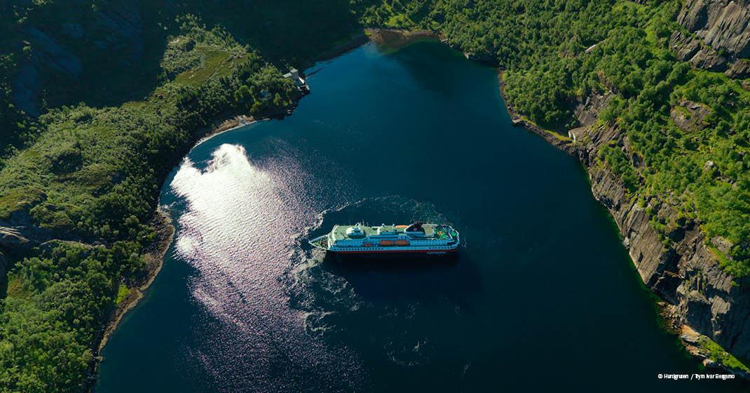 Schiff im Fjord, traumhafte Natur