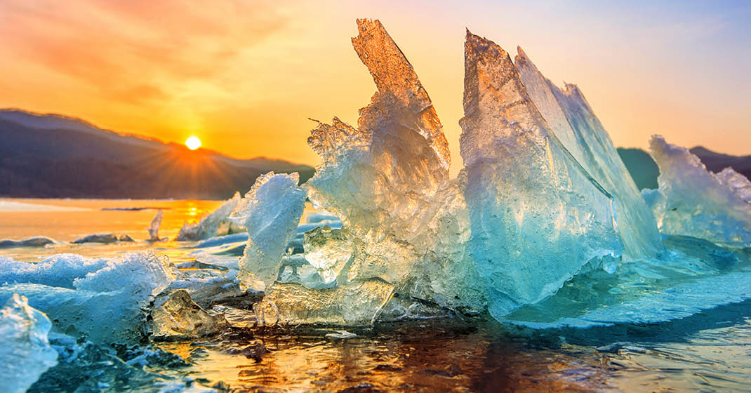 Island, Sonnenuntergang hinter einer Eisscholle