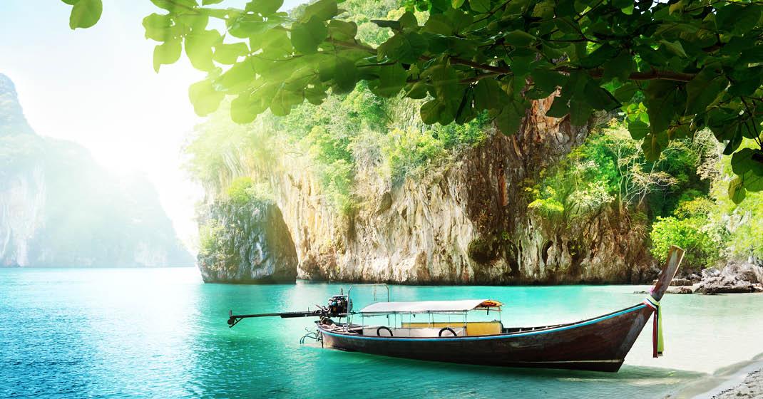 Thailand_Longboot-in-türkisfarbenem-Meer