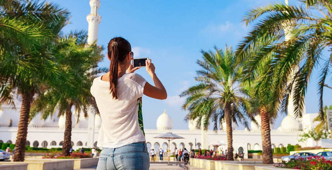 Arabische-Emirate_Young-tourist-woman-Abu-Dhabi