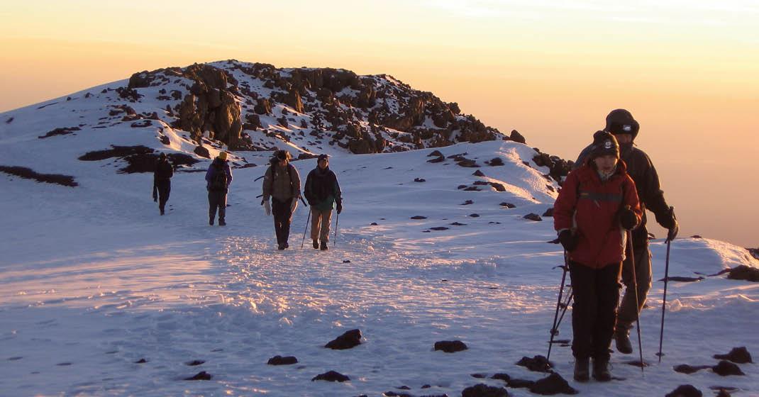 Kilimanjaro_Aufstieg-im-Schnee-bei-Sonnenuntergang