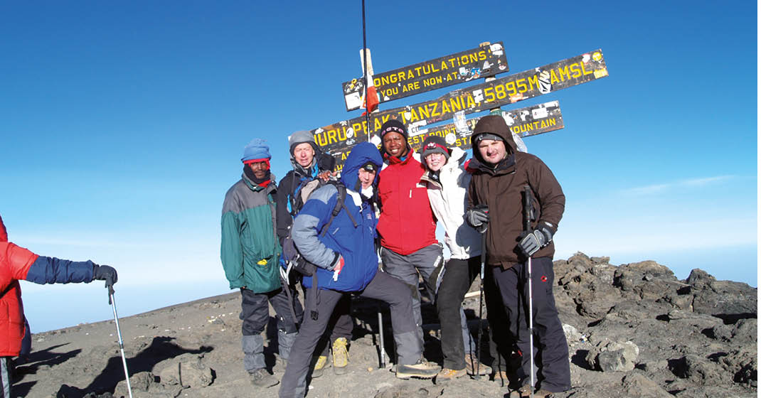 Kilimanjaro_Reisegruppe-auf-dem-Gipfel