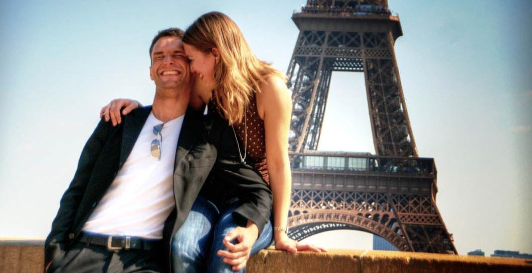 Paris_BU8510_Paar mit Eifelturm im Hintergrund