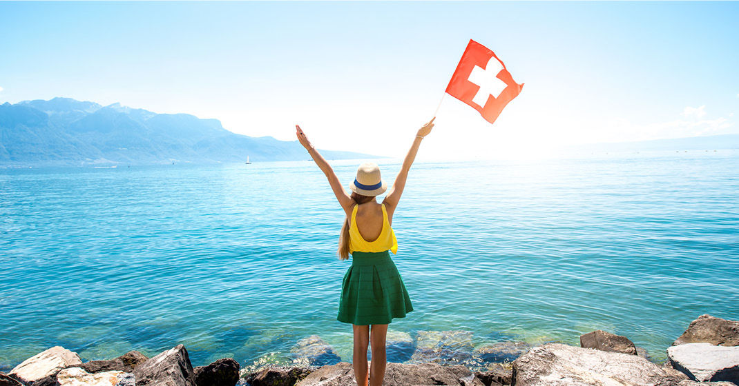Schweiz_BU8521_Frau mit Schweizer Fahne