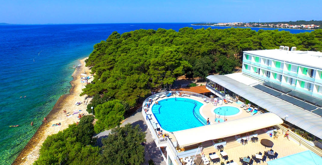 Hotel Pinija_Hotelansicht mit Strand_FL8460_