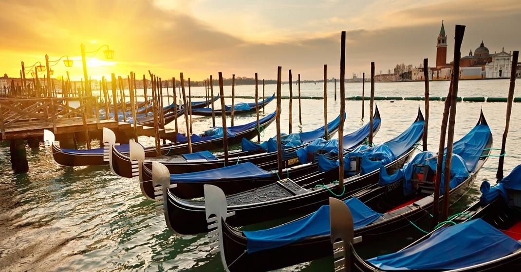 BU8796_Venedig_Sonnenuntergang_Gondeln